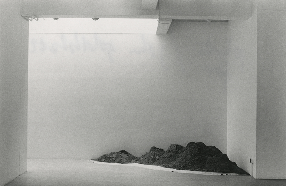 Barry Flanagan one ton corner piece 67, 1967 installed at the Rowan Gallery, London in 1968